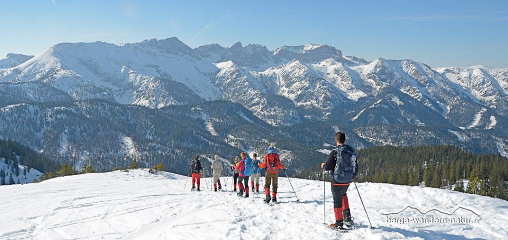 Schneeschuhgruppe beim Abstieg von einem Gipfel