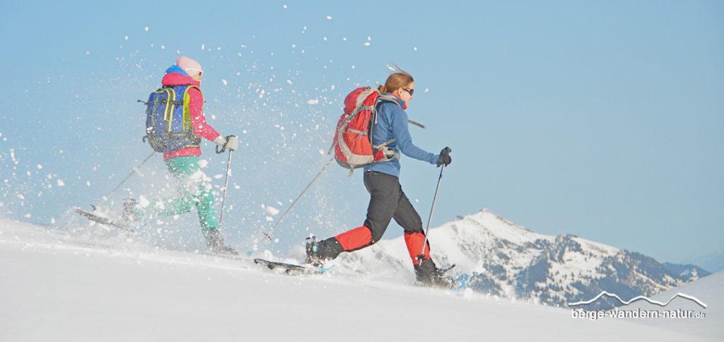 Schneeschuhwanderer beim Bergablaufen