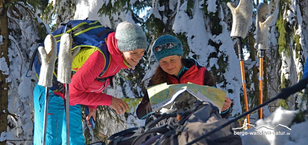 Orientierung und Karten lesen auf einer Schneeschuhwanderung