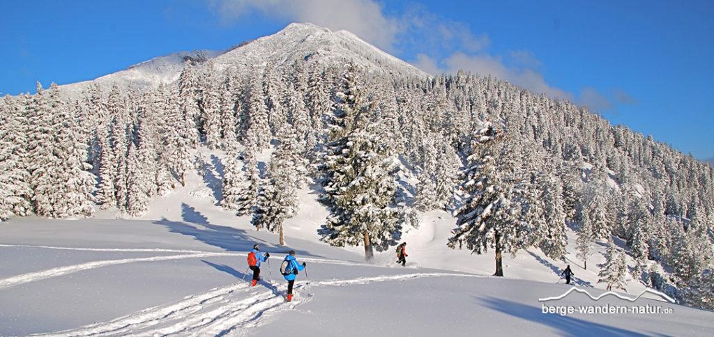 Schneeschuhwanderer in tief verschneiter Berglandschaft