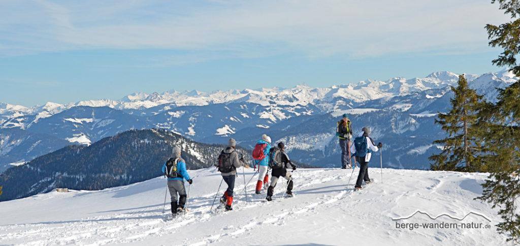 Schneeschuhwanderer beim Abstieg nach Steinberg