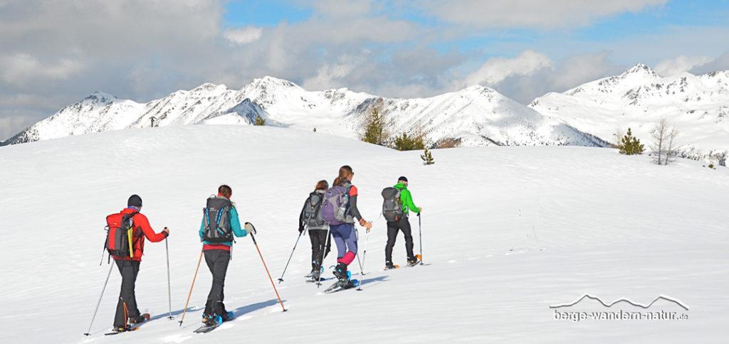 Schneeschuhwanderer auf dem Weg zum Gipfel