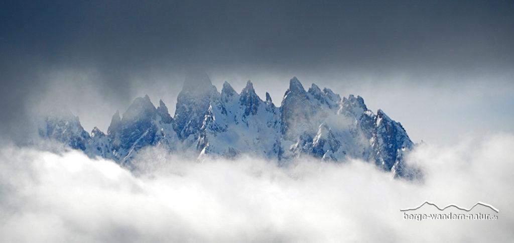wolkenstimmung mit bergpanorama in den dolomiten