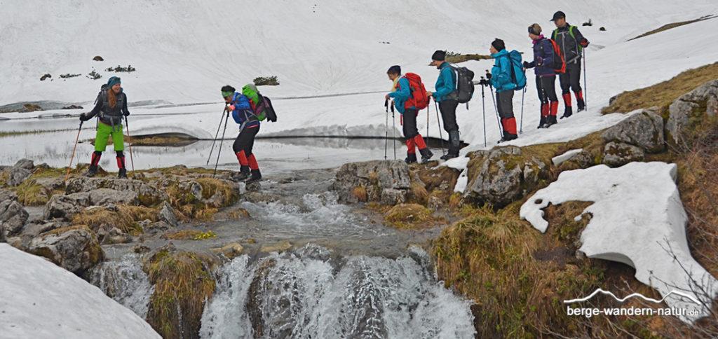 Wandergruppe bei einer Bachquerung im Naturpark Karwendel