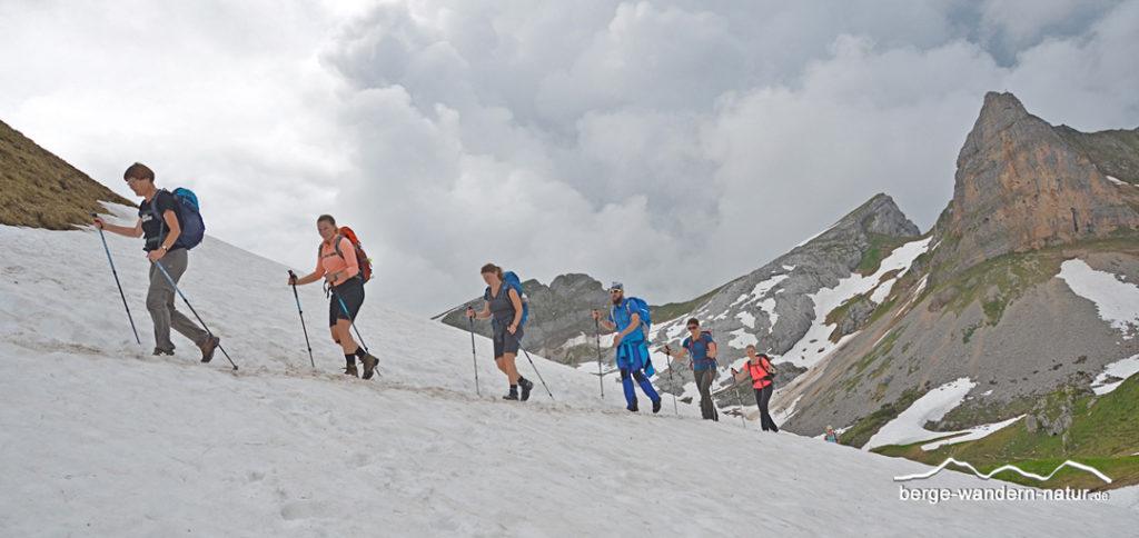 Wandergruppe bei Queren eines Altschneefeldes