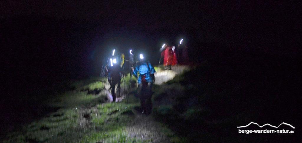 Wandergruppe mit Stirnlampe Nachtetappe 24 Stundenwanderung