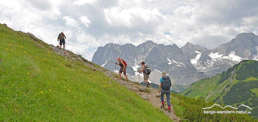 Wandergruppe im Karwendelgebirge