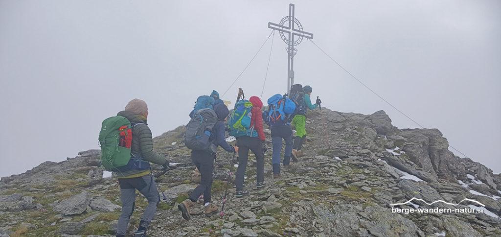 Wandergruppe kurz vor dem gipfelkreuz der Grünbergspitze