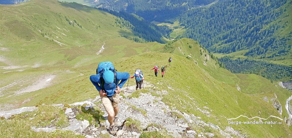 Alpenüberquerer beim Anstieg zur Schafseitenspitze