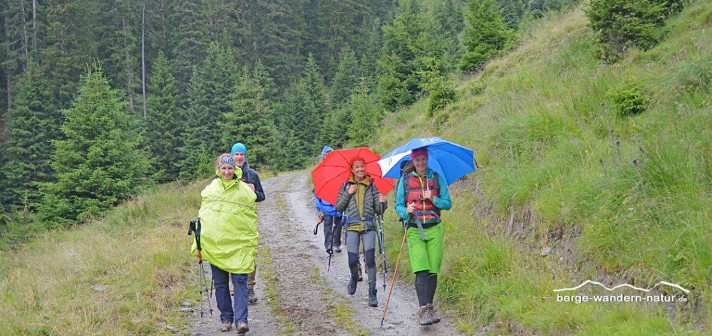 Wanderer beim Abstieg im Regen