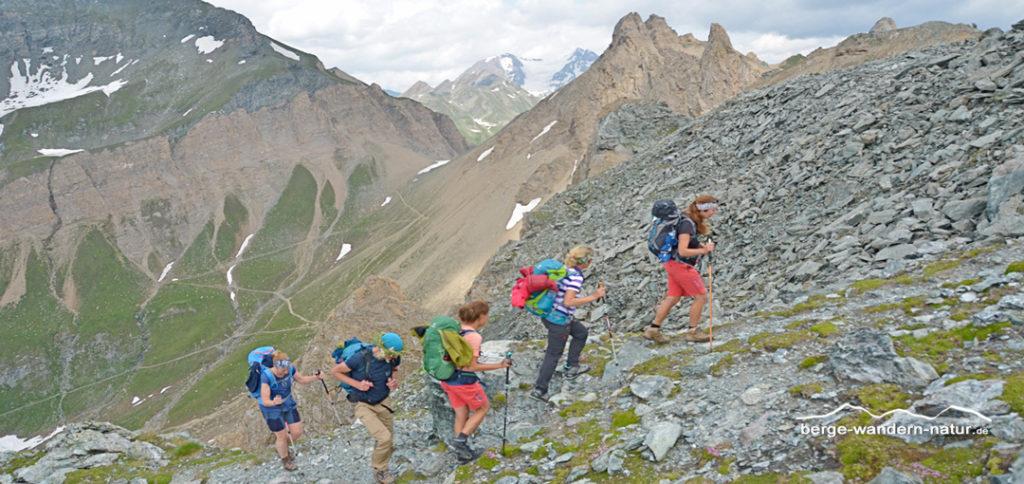 Wandergruppe kurz vor dem Sandjöchl, im Hintergrund das Pfunderer Jöchl