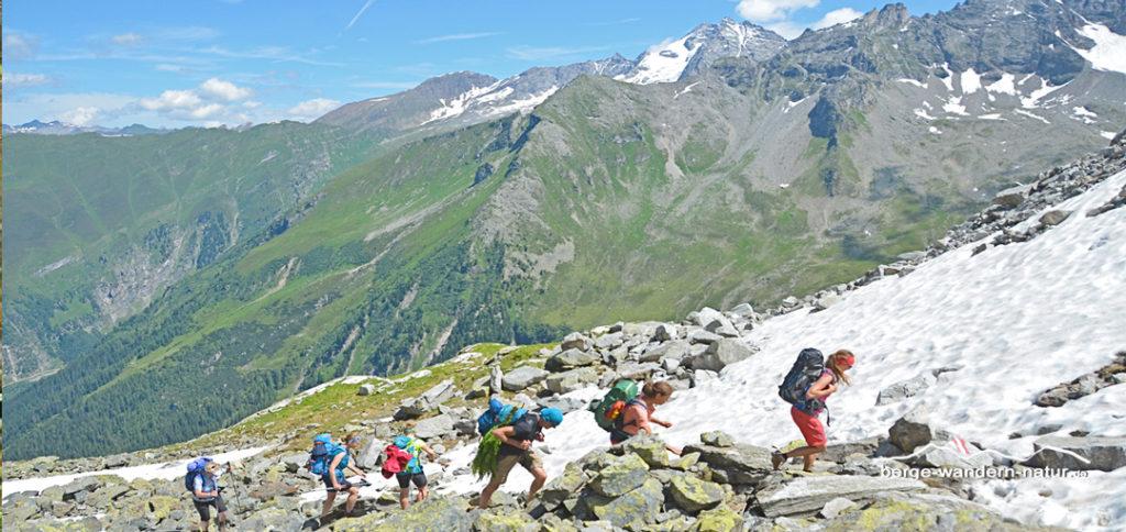 Wandergruppe auf dem Weg durch die Granitlandschaft Richtung Europahütte