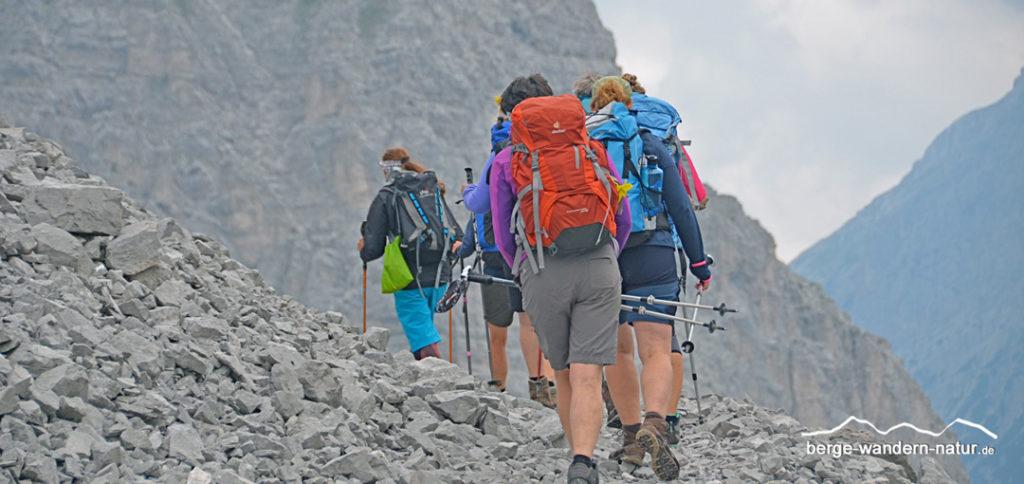 Wandergruppe beim Anstieg zur Boehütte