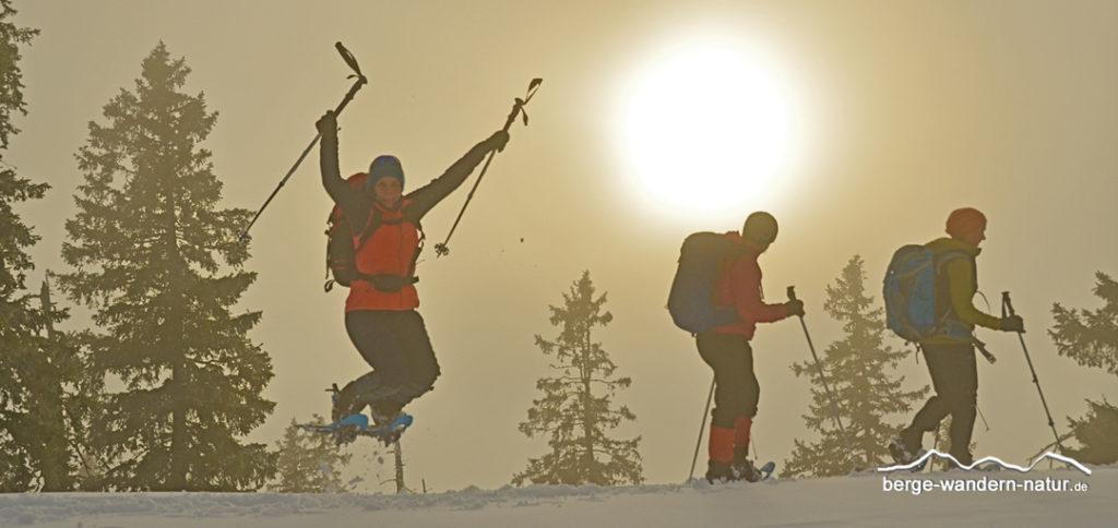 Schneeeschuhwanderer beim Sprung in Pulverschnee