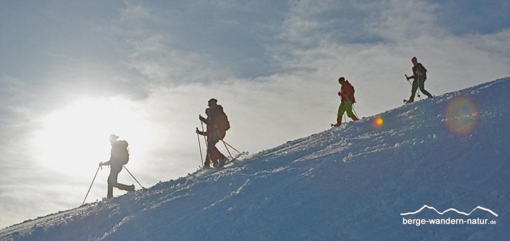 Schneeschuhwanderer beim Abstieg vom Gipfel