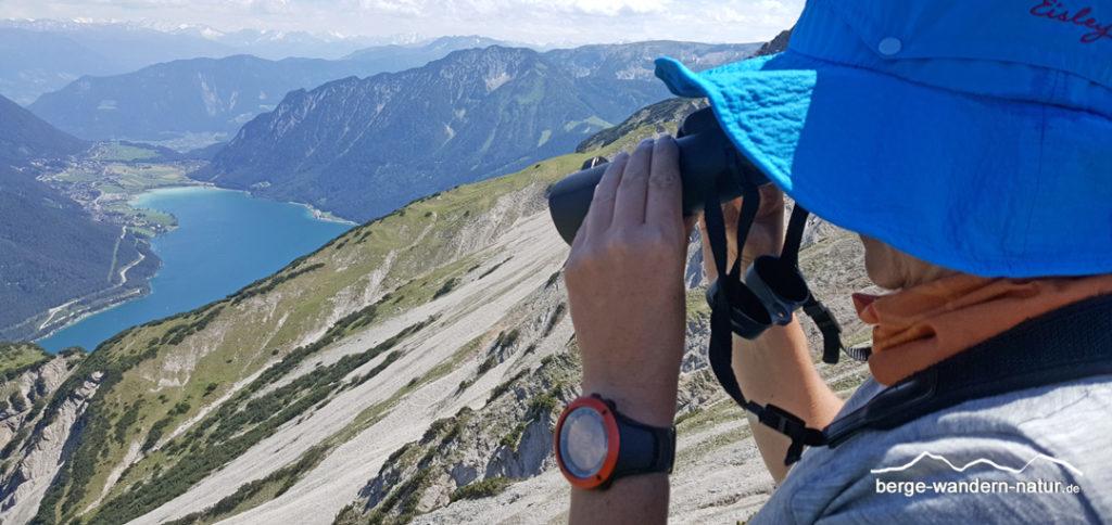 Wanderer mit Fernglass von ZEISS Blick auf den Achensee
