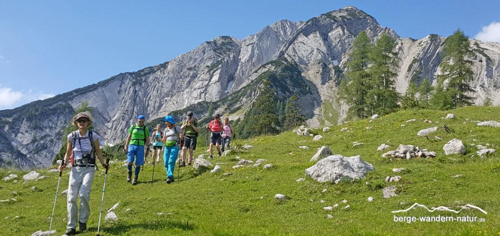 Wandergruppe beim Abstieg von der Seekarspitze am Achensee