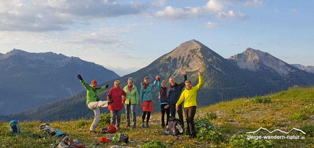 glückliche Wandergruppe am Gipfel bei einer Sonnenaufgangstour-Naturwanderwoche Achensee