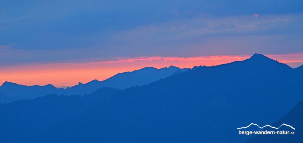 Sonnenaufgang am Gipfel mit Blick in das Rofangebirge