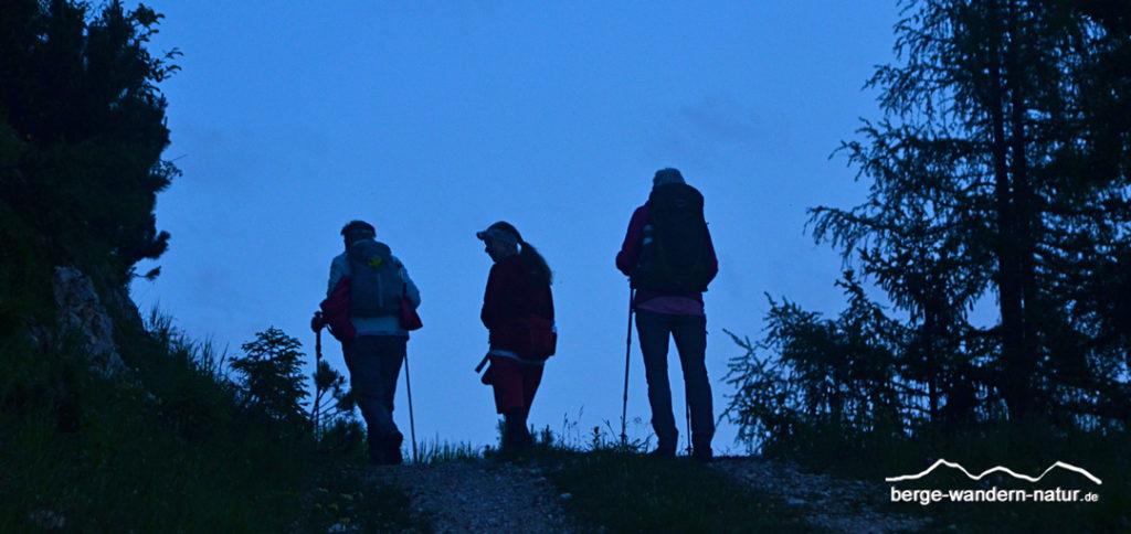 Wandergruppe in der Morgendämmerung