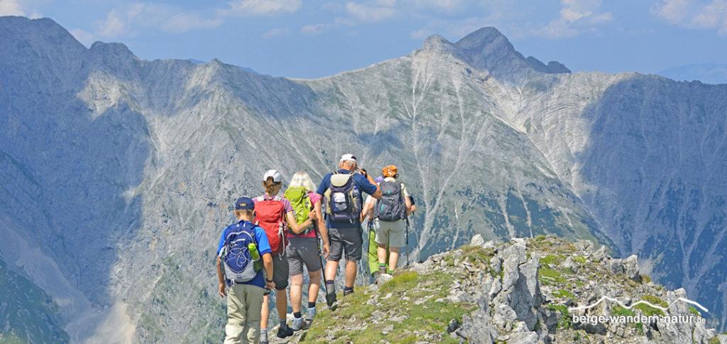 Wandergruppe am Gipfelgrat