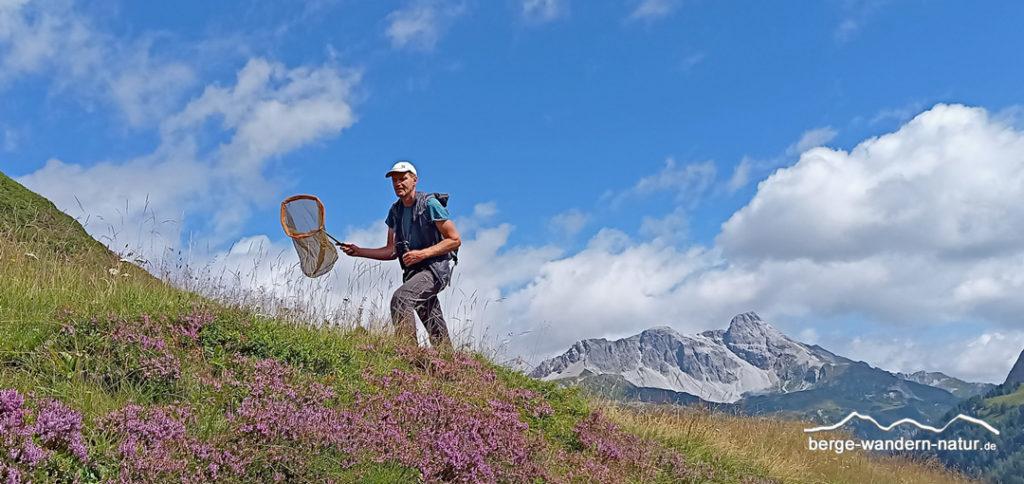 Jakob von LASI beim Insekten fangen - Wildbestäuberkurs Riedningtal